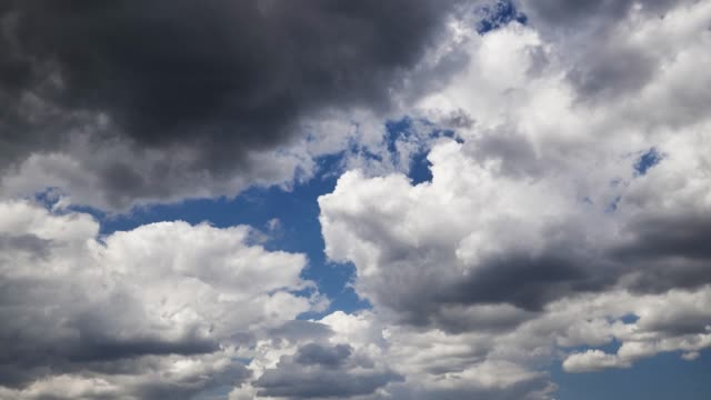 zeitraffer eines dunklen stürmischen himmels vor dem regen - kontrastreich stock-videos und b-roll-filmmaterial