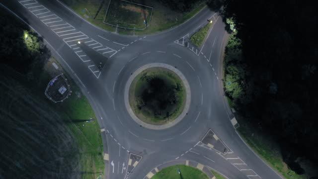vidéos et rushes de laps de temps d'un rond-point dans la nuit avec des véhicules et circulation - rond point