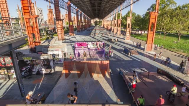 低速度撮影のスケートパークに設定されていた工場 - street graffiti点の映像素材/bロール