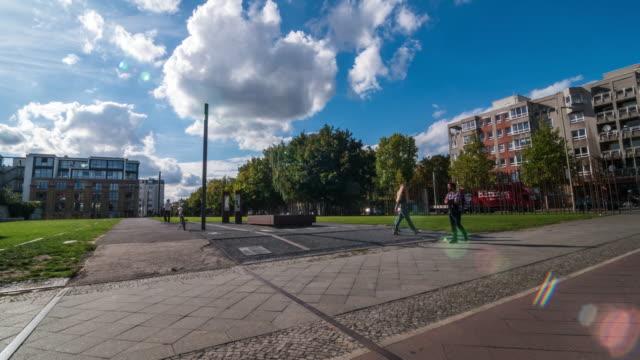 vídeos de stock e filmes b-roll de intervalo de tempo de um quadrado, por um monumento em memória do muro de berlim - berlin wall