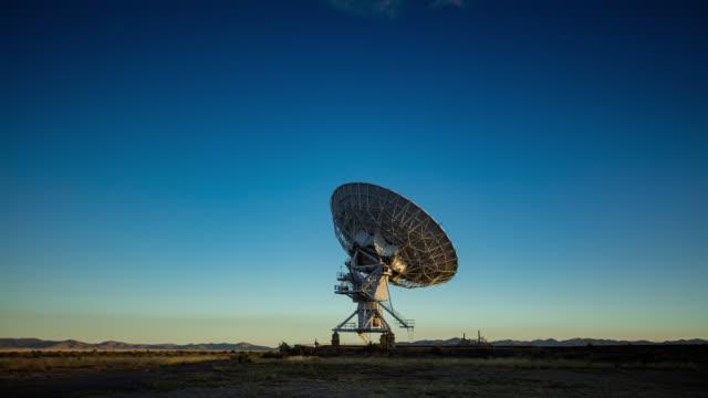 vídeos de stock, filmes e b-roll de lapso de tempo de um telescópio no very large array no nascer do sol - antena parabólica
