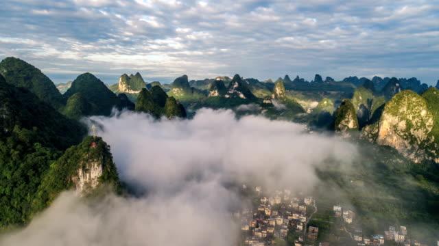 zeitraffer der luftaufnahme der karstberge und wolkengebilde. in der nähe der antiken stadt xingping, yangshuo county, stadt guilin, provinz guangxi, china. - guilin stock-videos und b-roll-filmmaterial