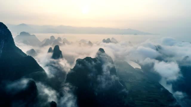 zeitraffer der luftaufnahme der karstgebirge mit schönen wolkengebilde. in der nähe der antiken stadt xingping, yangshuo county, stadt guilin, provinz guangxi, china. - guilin stock-videos und b-roll-filmmaterial