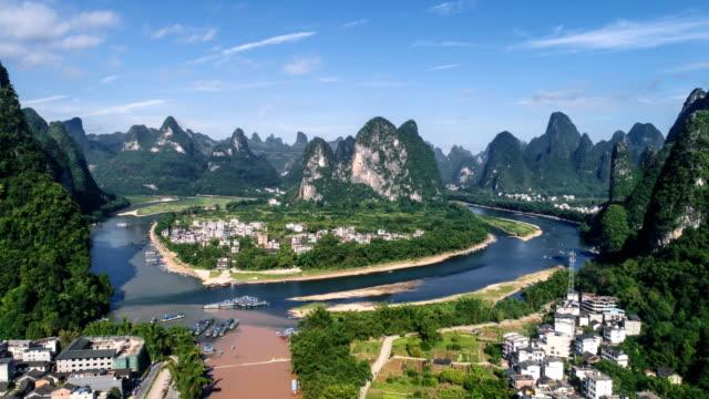 zeitraffer der luftaufnahme der li-fluss und karst berge. in der nähe der antiken stadt xingping, yangshuo county, stadt guilin, provinz guangxi, china. - guilin stock-videos und b-roll-filmmaterial