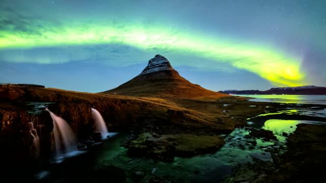 zeitraffer der aurora borealis (nordlicht) über berg kirkjufell, island - langzeitbelichtung videos stock-videos und b-roll-filmmaterial