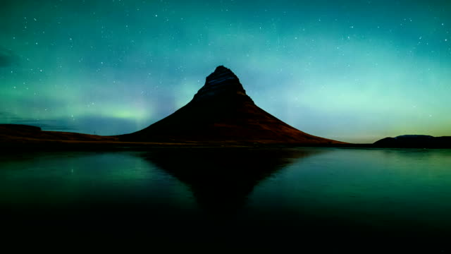 time lapse of aurora borealis (northern lights) over kirkjufell mountain, iceland - aurora boreale video stock e b–roll