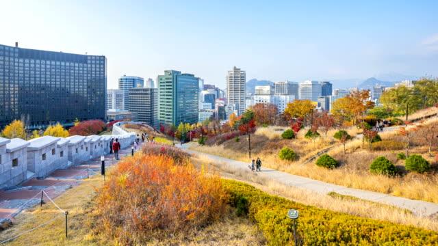 vídeos y material grabado en eventos de stock de lapso de tiempo de otoño en seúl, corea del sur - n seoul tower