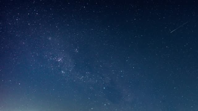 vídeos de stock e filmes b-roll de time lapse of beautiful night sky milky way stars - sky
