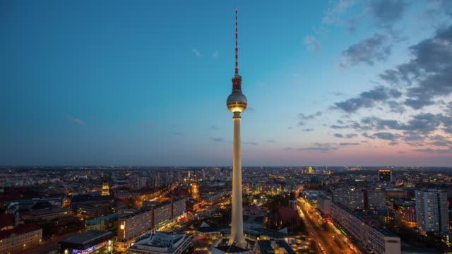 vídeos y material grabado en eventos de stock de lapso de tiempo de la ciudad de berlín, alemania y torre de televisión - mástil