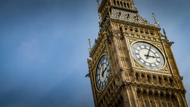 stockvideo's en b-roll-footage met time-lapse van big ben de klok in westminster paleis van het parlement op een bewolkte dag in londen, engeland, uk - klok