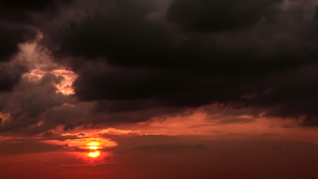 회색 어두운 구름 .4k 영상과 붉은 하늘에 수평선에 설정 큰 오렌지 태양의 시간 경과. - 불길한 스톡 비디오 및 b-롤 화면