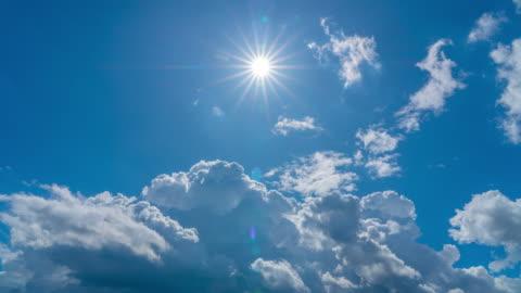 vídeos y material grabado en eventos de stock de 4k time lapse de blue sky moving cloudy con rayos de sol afilados en verano - sol