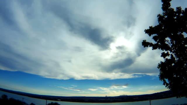 zeitraffer von blauer himmel mit wolken über meer. - zentralanatolien stock-videos und b-roll-filmmaterial