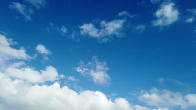 vidéos et rushes de laps de temps de ciel bleu avec des nuages blancs gonflés et autres évanescentes - image teintée