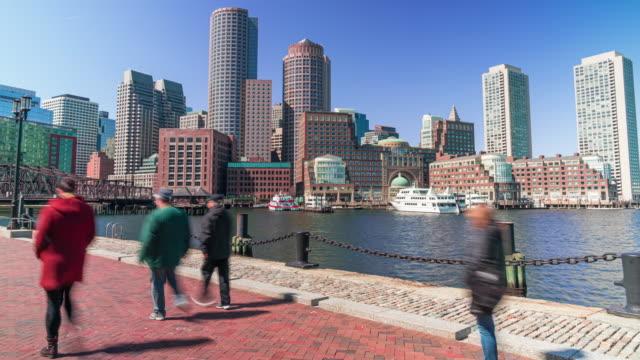 4k tidsfördröjning av boston harbor stadsbilden med fotgängare och turister på fläkt pier park i massachusetts, usa - strandnära bildbanksvideor och videomaterial från bakom kulisserna