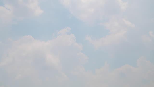 vídeos de stock, filmes e b-roll de lapso de tempo de céu brilhante nuvensde fundo.4k dci. filmagem. - só céu