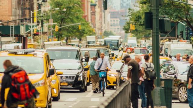 замедленная съемка трафика бродвея в нью-йорке - пешеход стоковые видео и кадры b-roll