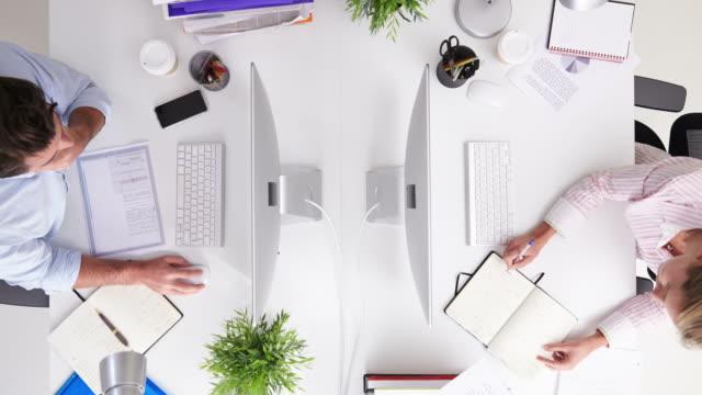 Zeitraffer von Geschäftsleuten, die auf Computer im Büro – Video