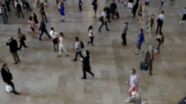 zeitraffer der geschäftigen menschenmassen auf öffentlichen platz. rush hour in der stadt. überbevölkerung, stress, hektik - bevölkerungsexplosion stock-videos und b-roll-filmmaterial