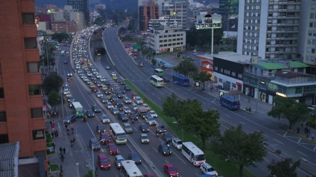 vídeos de stock e filmes b-roll de time lapse of busy night street with cars in bogota city, colombia - colômbia