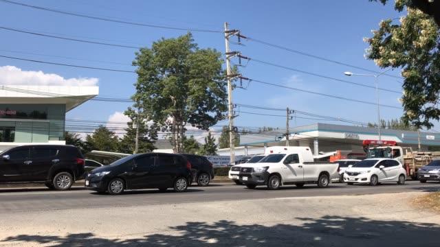 Tijd verval van auto en verkeer op de weg in de buurt van Junction. video