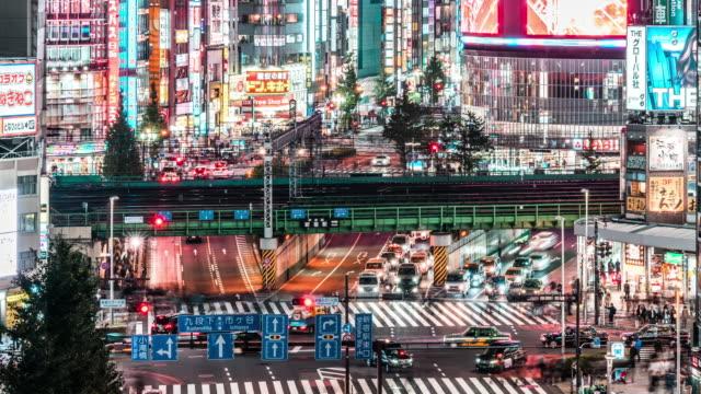 東京夜景の高角視野、新宿の歌舞伎町地区での車の交通と電車の輸送の4k時間経過、下に傾きます。日本観光名所、アジア観光、アジア都市生活 - 経済点の映像素材/bロール