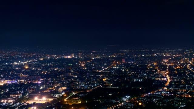 Laps de temps de la ville de Chiang Mai selon un angle élevé dans la nuit. - Vidéo