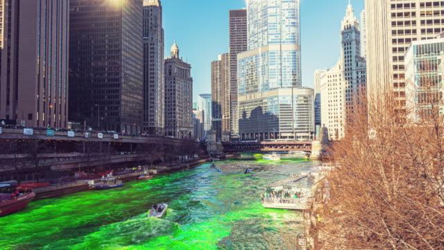 vídeos de stock, filmes e b-roll de lapso de tempo do rio de chicago no dia do st. patrick, illinois, estados unidos - esmeralda