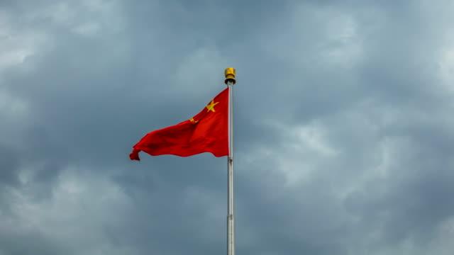 Lapso de tiempo de bandera China roja revolotea en el viento - vídeo