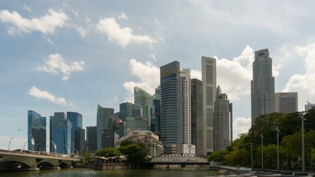 vídeos y material grabado en eventos de stock de lapso de tiempo de nubes y cielo azul sobre centro financiero centro y ferry barcos a lo largo del río singapur - sudeste