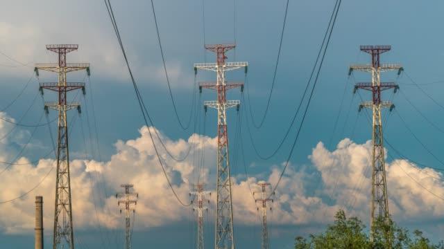 vídeos y material grabado en eventos de stock de lapso de tiempo de las nubes y las líneas eléctricas de alto voltaje - aleación