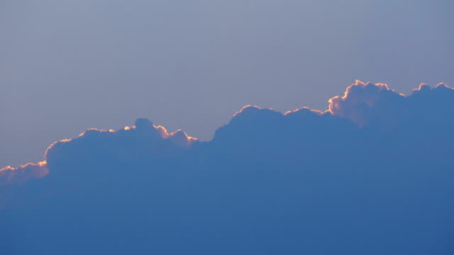tids fördröjning av moln som bildar och täcker himlen. molnen rör sig på kvällen. natur bakgrund. motion 4k b-rulle film - aftonklänning bildbanksvideor och videomaterial från bakom kulisserna
