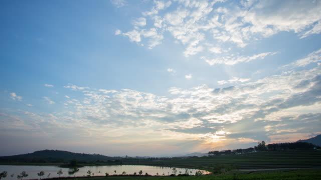 tidsinställd av moln som rör sig i solnedgången - dramatisk himmel bildbanksvideor och videomaterial från bakom kulisserna