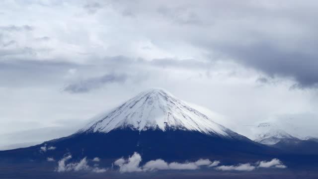 stockvideo's en b-roll-footage met time lapse van wolken op de hellingen van de licancabur vulkaan, atacama woestijn, chili - maasvallei