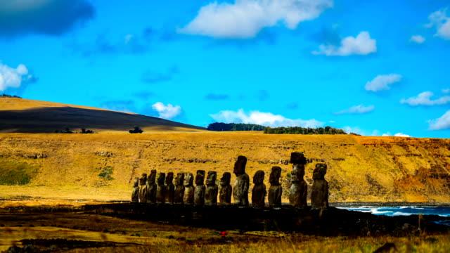 upływ czasu z chmury nad ahu tongariki w park narodowy rapa nui - obiekt światowego dziedzictwa unesco filmów i materiałów b-roll