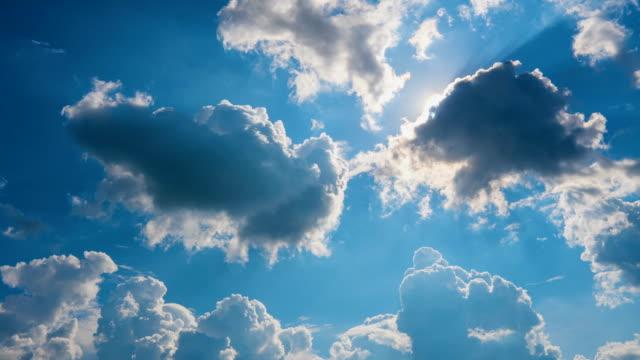 vídeos y material grabado en eventos de stock de lapso de tiempo de paisaje nublado con el sol brillando en el cielo azul y el movimiento de las nubes para el uso conceptos de fondo de composición natural - cielo despejado