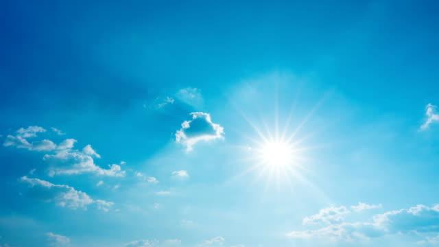 zeitraffer der wolkenlandschaft mit der sonne, die in blauem himmel scheint und wolken bewegung - sonne stock-videos und b-roll-filmmaterial