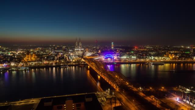zeit ablauf der kölner skyline der stadt in deutschland - köln stock-videos und b-roll-filmmaterial