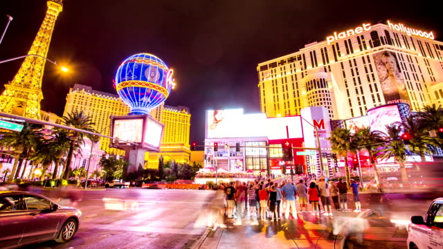 time lapse di strada di attraversamento di folla strip di las vegas - las vegas video stock e b–roll