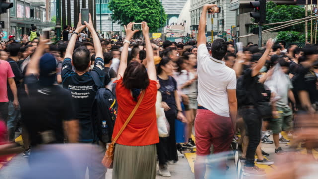 4k時間経過の群衆の認識できない抗議者がチム・シャ・ツイ通りエリアを歩く、香港 - 民主主義点の映像素材/bロール