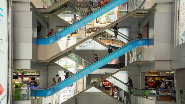 Zeitraffer der Menge, die Rolltreppe im Einkaufszentrum – Video