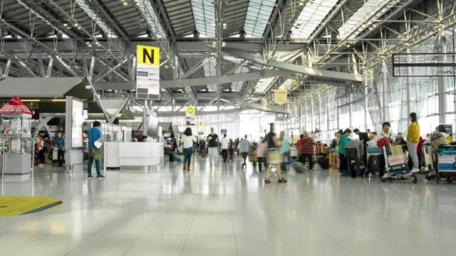 Zeitraffer der Menschenmenge zu Fuß am Flughafen-terminal – Video