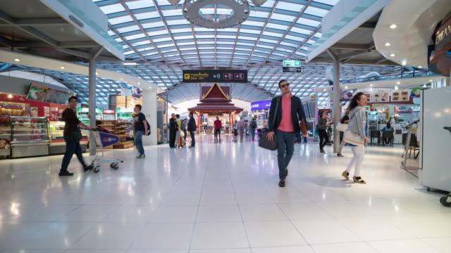 Zeitraffer der Menschenmenge zu Fuß in Flughafen Suvarnabhumi – Video