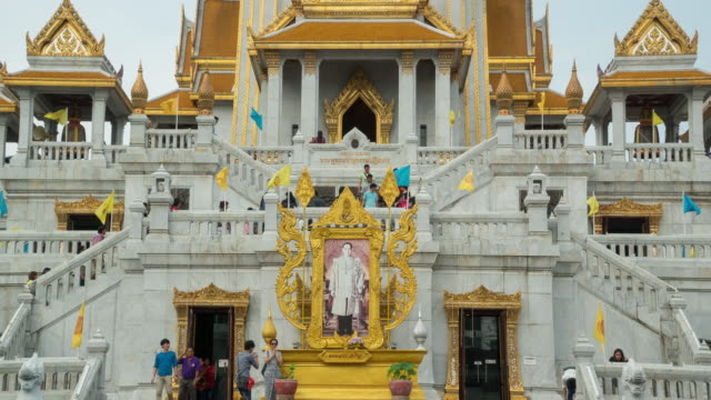 Zeitraffer der Menschenmenge zu Fuß bis zum Tempel (zoom – Video