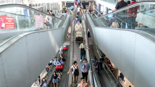 수하물이 있는 도보 길 에스컬레이터 공항 터미널에서 혼잡 한 승객의 4k 시간 경과 - 공항 스톡 비디오 및 b-롤 화면