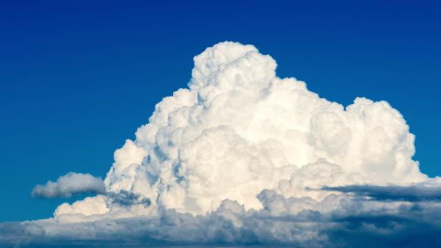 zeitraffer von gewitterwolken bilden vergrößert - gewitter stock-videos und b-roll-filmmaterial