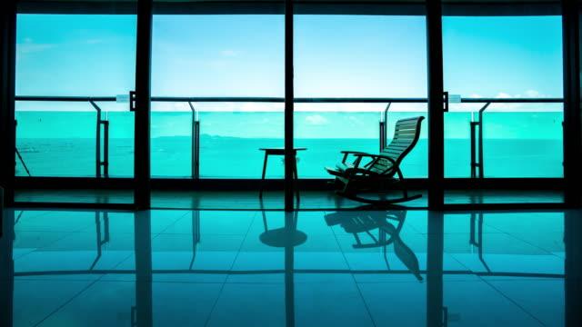 vídeos de stock e filmes b-roll de 4k time lapse of daybed beach chair on the balcony - mosaicos flores