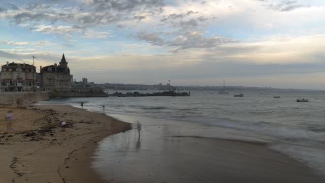 vídeos de stock e filmes b-roll de time lapse of deserted stormy ribeira beach in cascais near lisbon, portugal - rain clouds porto portugal