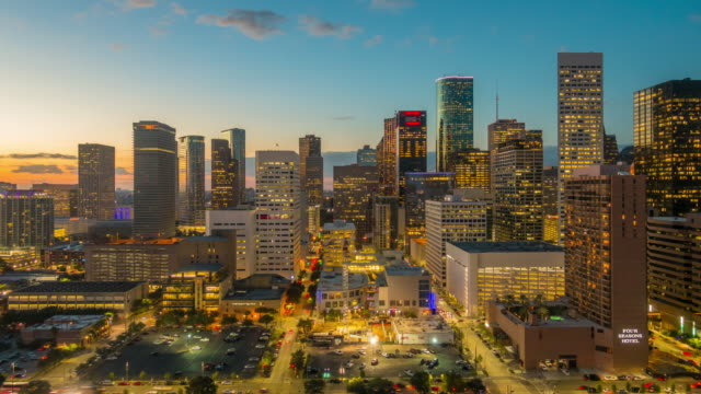 stockvideo's en b-roll-footage met time-lapse van de skyline van downtown houston - texas