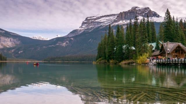 vídeos de stock, filmes e b-roll de tempo lapso de esmeralda lago paisagem natureza cena yoho national park, alberta, canadá - esmeralda